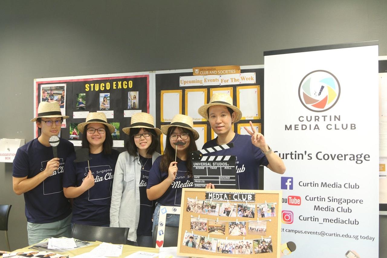 Thành viên CLB Truyền thông của Đại học Curtin Singapore trong 1 sự kiện