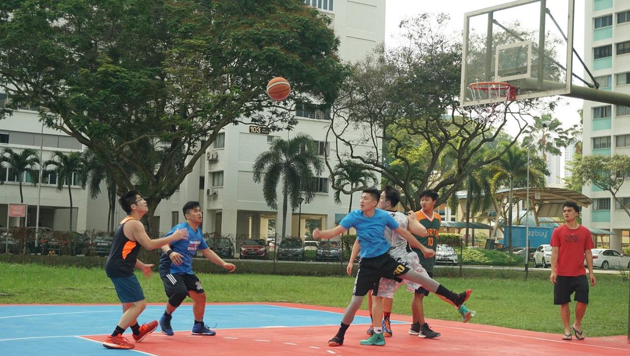 Sinh viên Đại học Curtin Singapore chơi thể thao trong khuôn viên trường