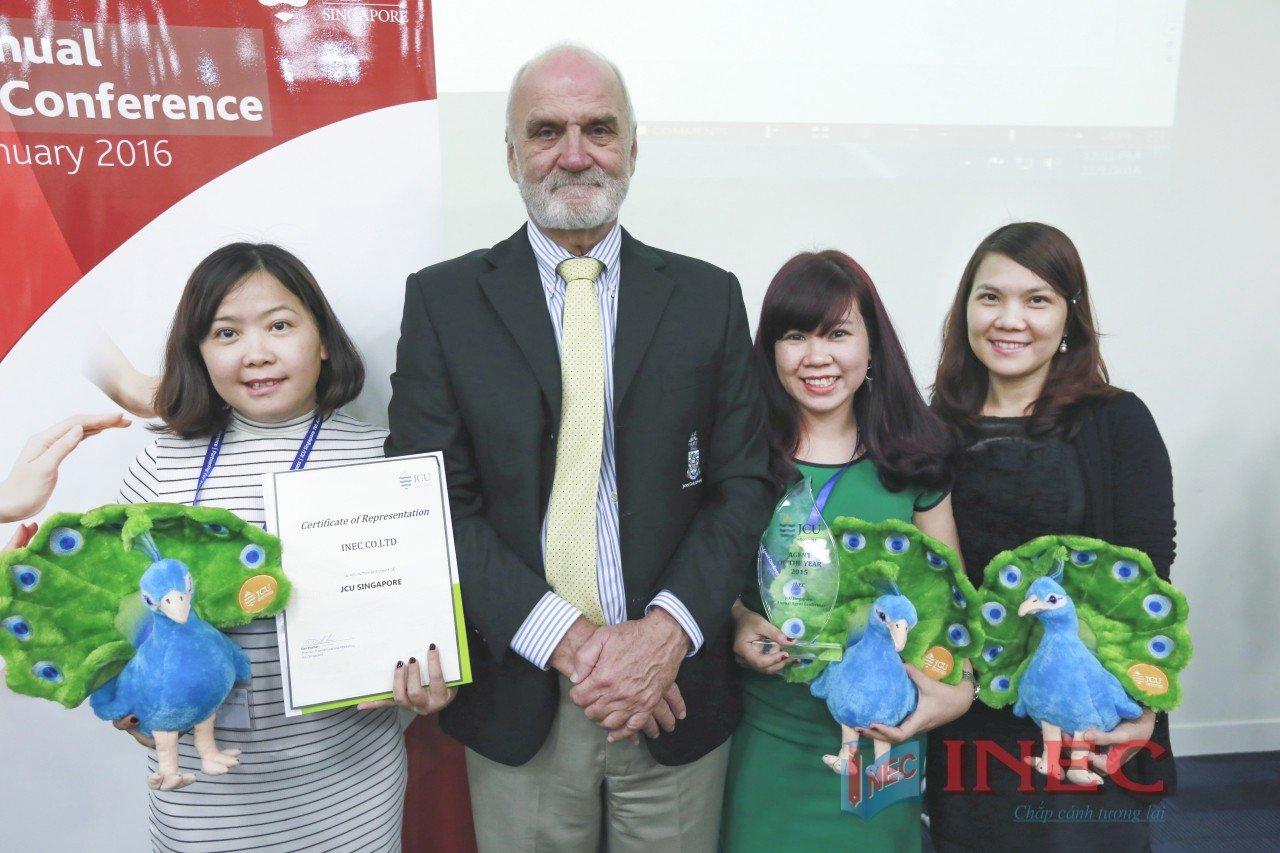 Đại diện INEC cùng Mr. Det Fischer - Giám đốc tuyển sinh của JCU Singapore