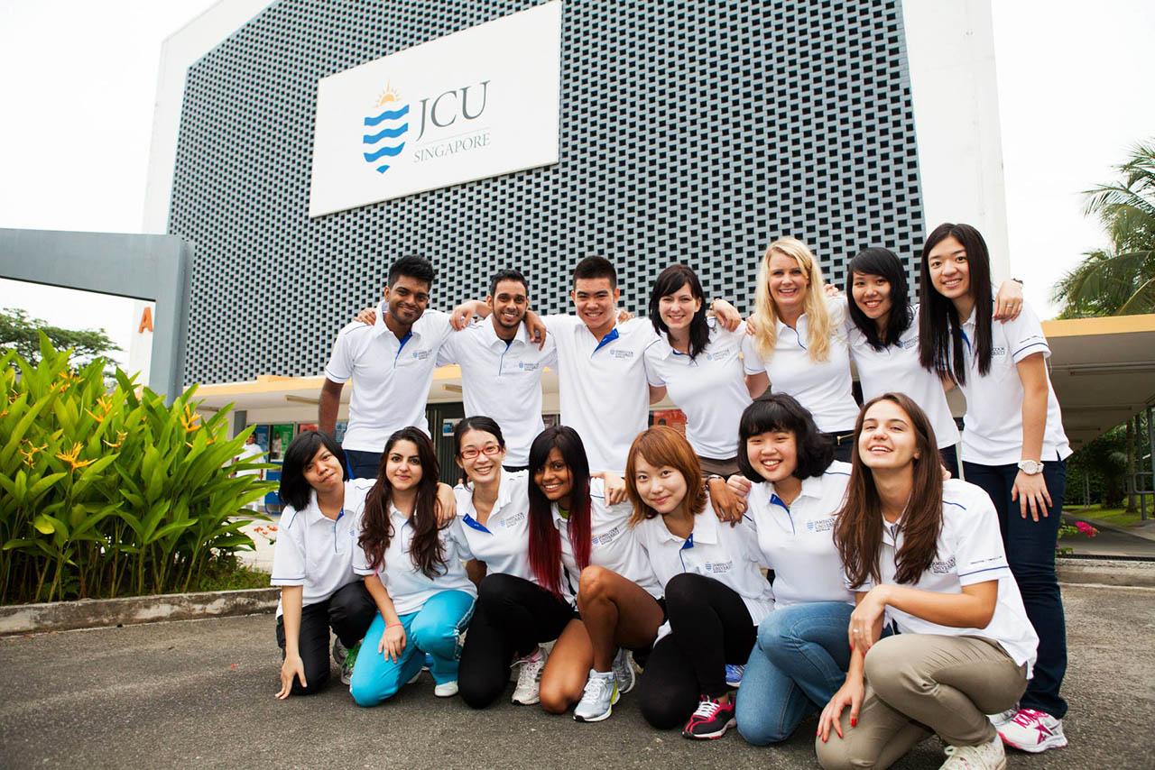 Không khí diễn ra trong buổi tiệc rất ấm cúng và thân mật với hơn 30 khách hàng tham dự, cùng đội ngũ nhân viên INEC suốt thời gian qua đã tận tình hỗ trợ cho các bạn học sinh, sinh viên.  INEC đã có những hướng dẫn chu đáo cho các bạn sinh viên chuẩn bị đạt chân vào ĐH JCU, từ chuyện đi đứng ở sân bay, ăn mặc ở Singaopore như thế nào rất chi tiết và hữu ích. Các bạn trúng tuyển học bổng của trường cũng được trao tặng giấy khen cho những nỗ lực xuất sắc của mình.