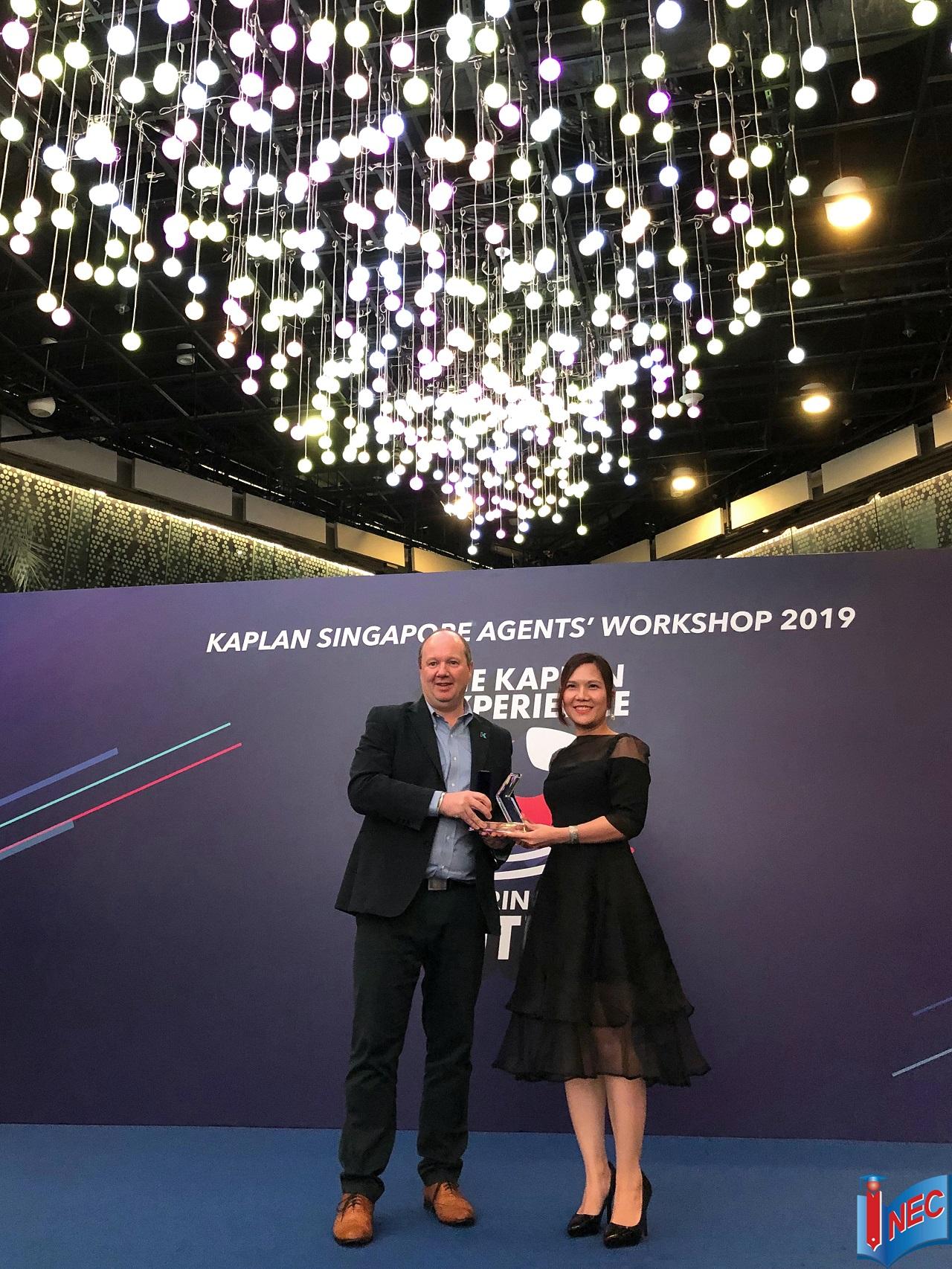 """Đại diện Du học INEC (phải) nhận giải thưởng """"Đối tác Ưu tú 2018"""" từ Học viện Kaplan Singapore"""