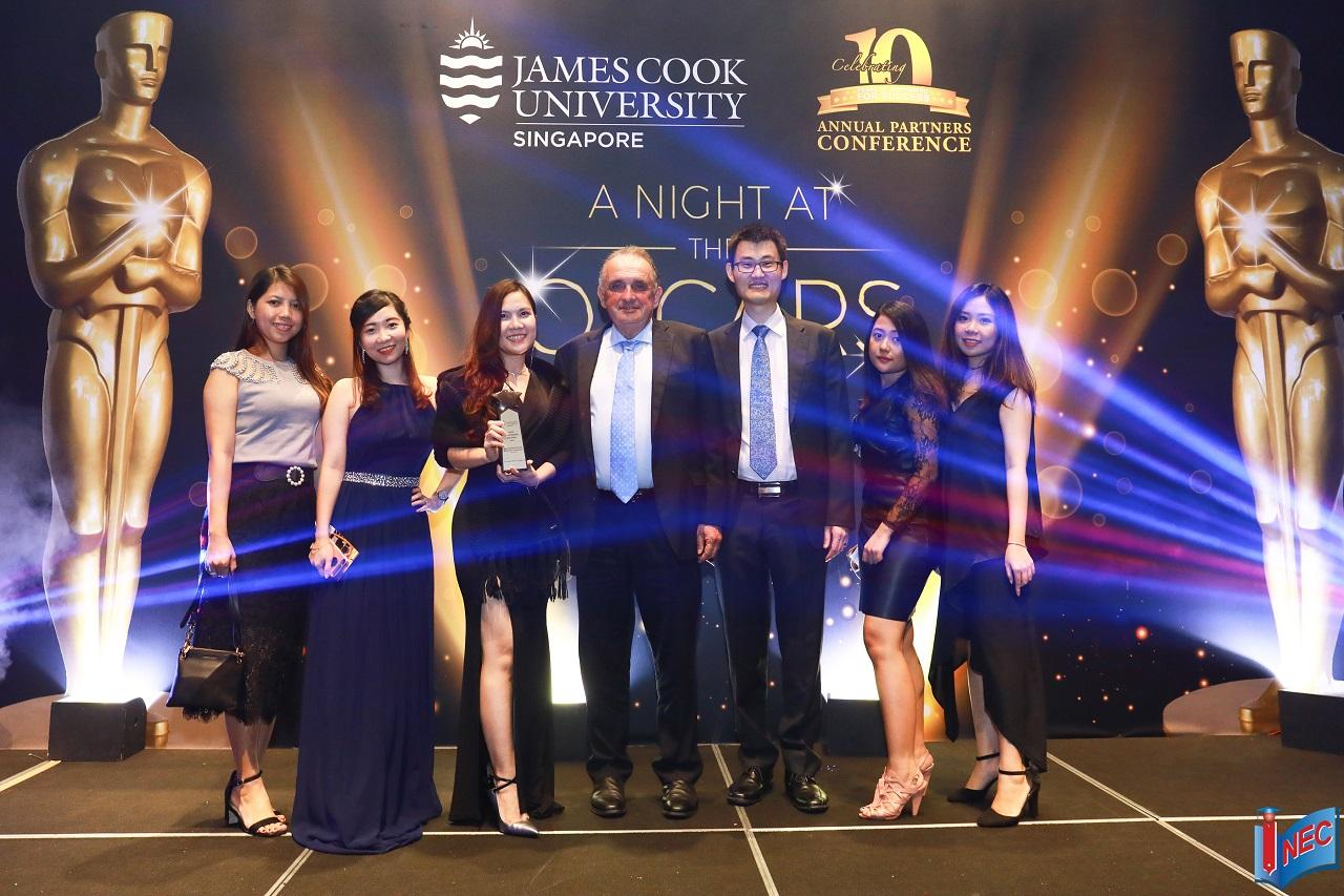 Đại diện INEC nhận giải thưởng từ Đại học James Cook Singapore