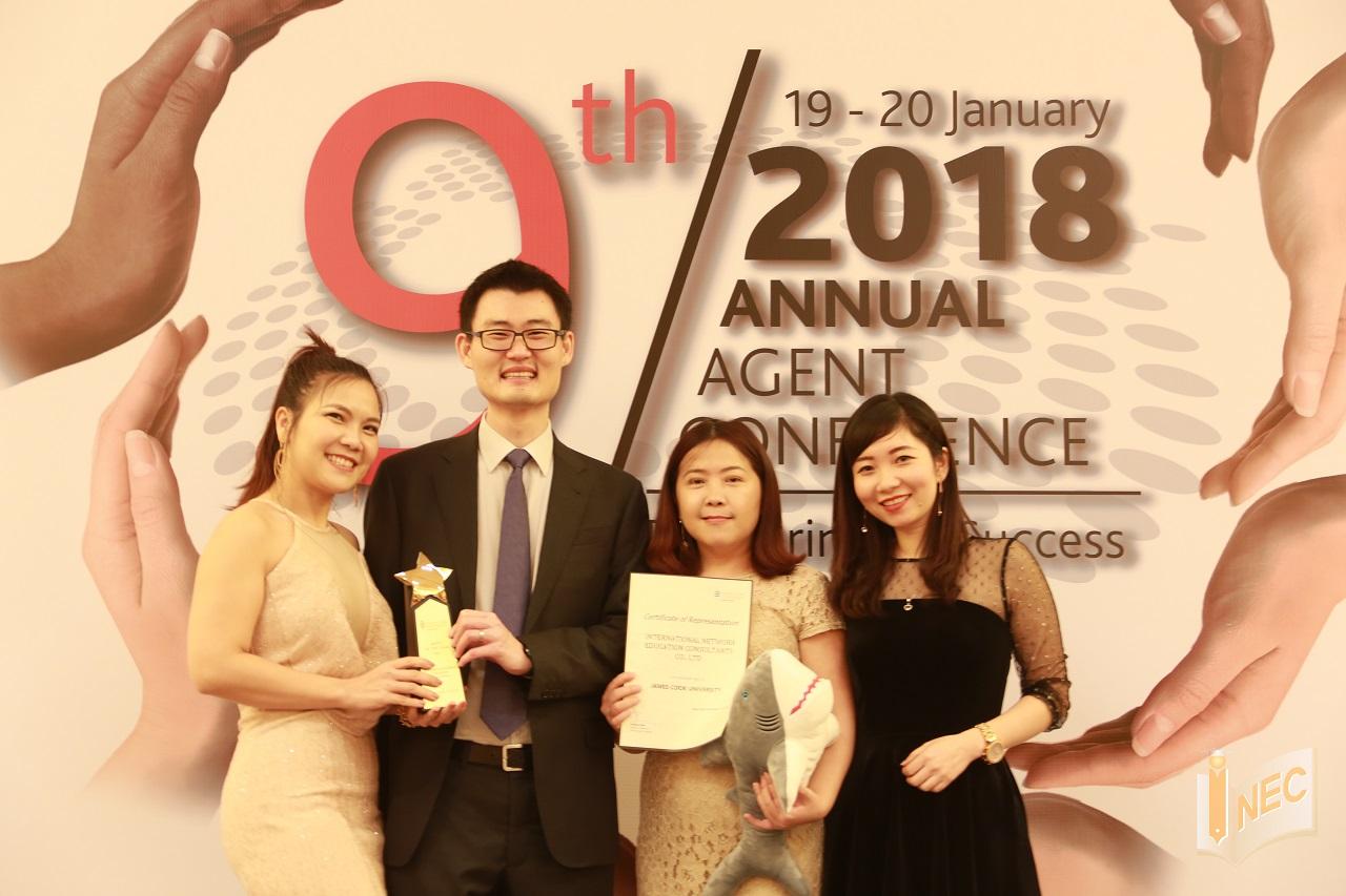 Đại diện INEC nhận giải thưởng từ JCU Singapore
