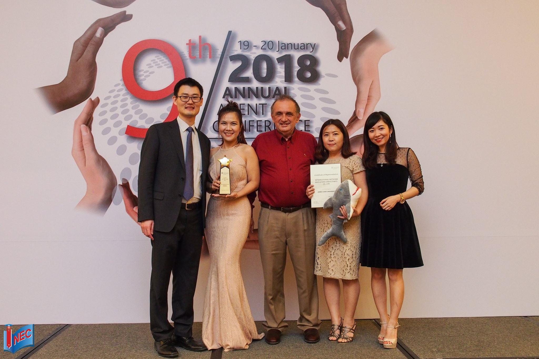 """Đại diện INEC nhận giải thưởng """"Agent of the Year"""" lần thứ 2 từ Đại học James Cook Singapore"""