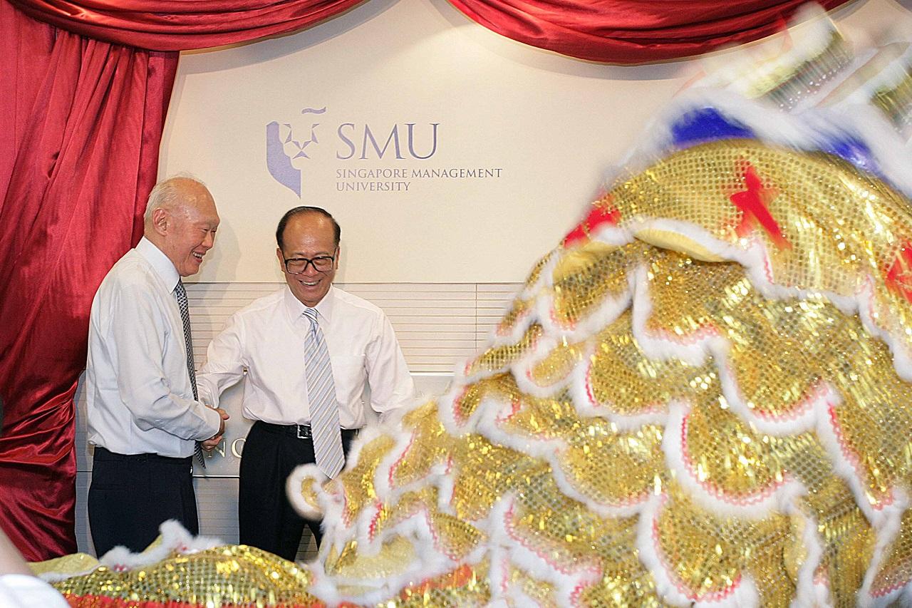 Cố Thủ tướng Lý Quang Diệu và tỉ phú Lý Gia Thành trong ngày khai truơng thư viện Li Ka Shing SMU