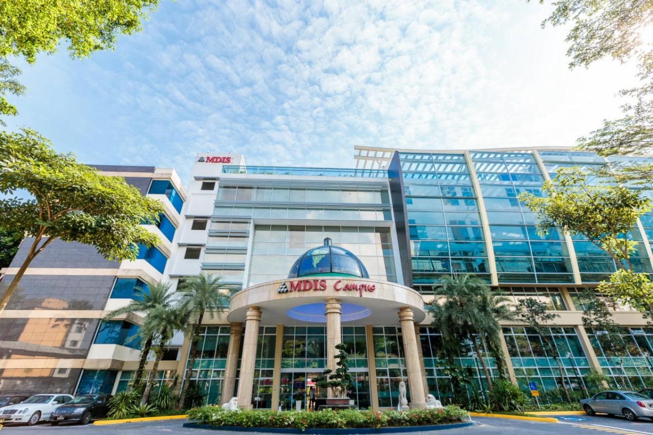 Du học Singapore tại Học viện MDIS - một trong những học viện phi lợi nhuận lâu đời nhất tại Singapore. Trường nổi bật với chương trình đào tạo liên kết với những Đại học lớn của Anh, Úc, Mỹ, Pháp, cung cấp chương trình đào tạo thuộc nhiều chuyên ngành tiềm năng như Kinh doanh, truyền thông, du lịch khách sạn, thiết kế thời trang... Không chỉ tạo môi trường học tập toàn diện cho sinh viên bằng hệ thống cơ sở vật chất hiện đại, MDIS còn là điểm đến lý tưởng cho sinh viên quốc tế bởi nhiều học bổng có giá trị.