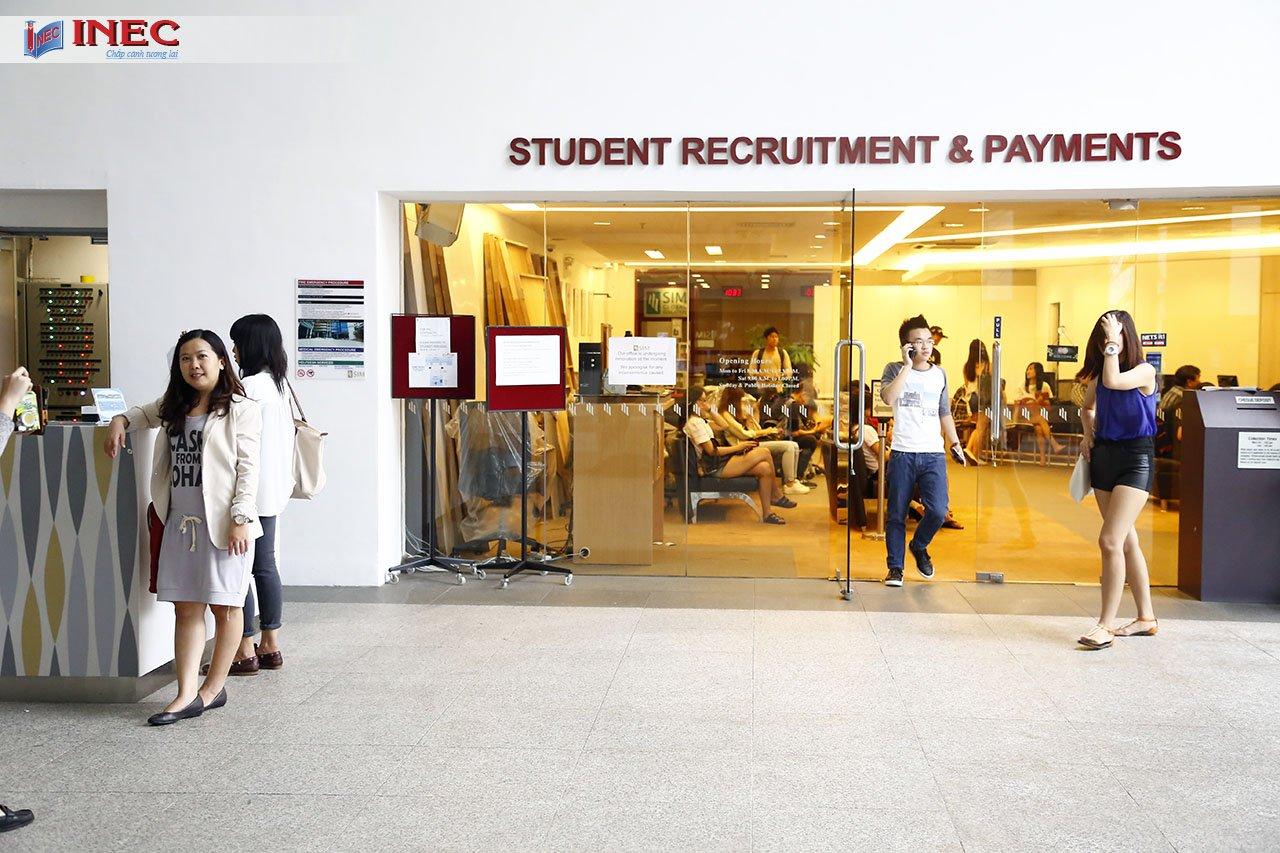 Học viện SIM là nhà cung cấp giáo dục hàng đầu về đào tạo Đại học và đào tạo chuyên nghiệp ở Singapore. Trường đã có lịch sử cống hiến hơn 45 năm trong ngành giáo dục với nhiều thành tựu nổi bật
