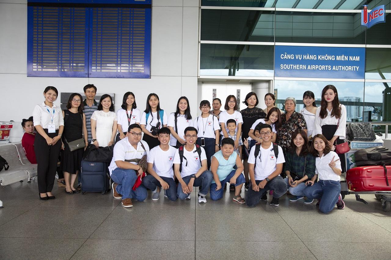 Hoàng Nam (hàng dưới, thứ 2 từ trái qua) cùng với các bạn trước khi lên đường qua Singapore