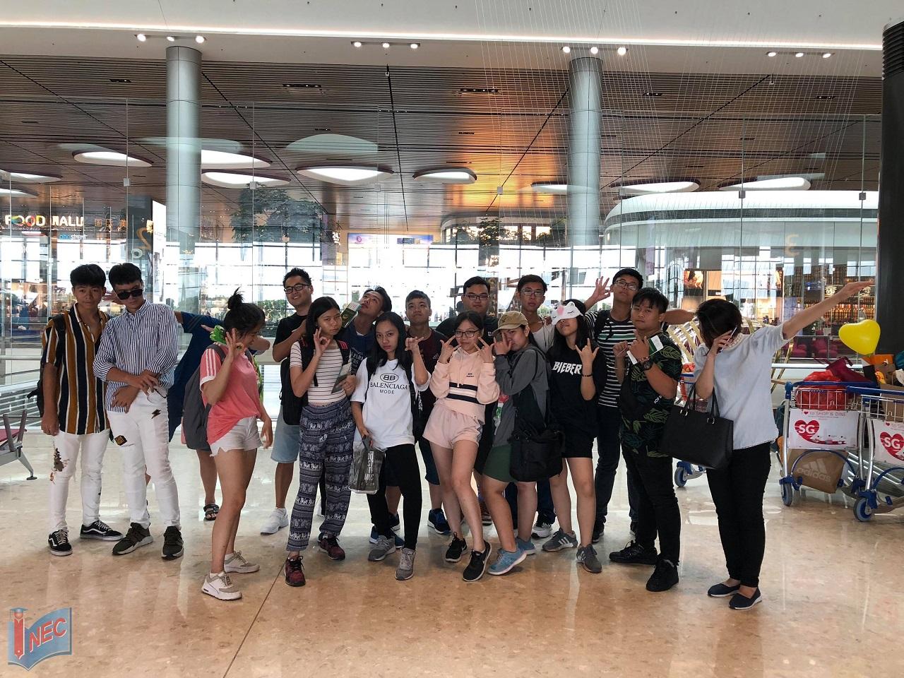 Hoàng Nam và các bạn tại sân bay Changi Singapore trước khi lên đường về nước