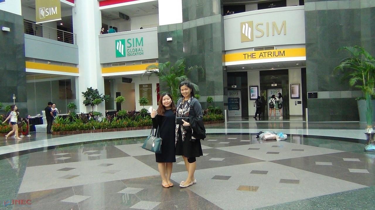 Đại diện INEC (trái) trong chuyến thăm SIM Singapore