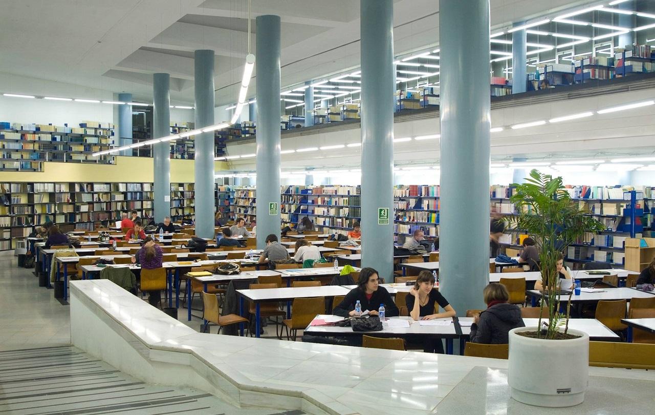 Sinh viên học tập tại thư viện Đại học Autonomous of Barcelona