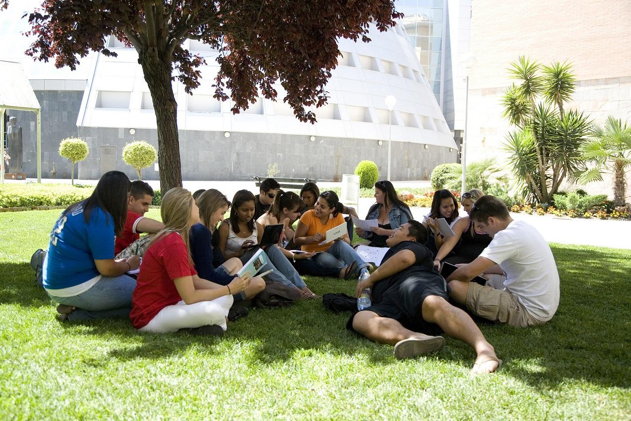 Sinh viên học tập trong khuôn viên xanh mát của Đại học Jaen