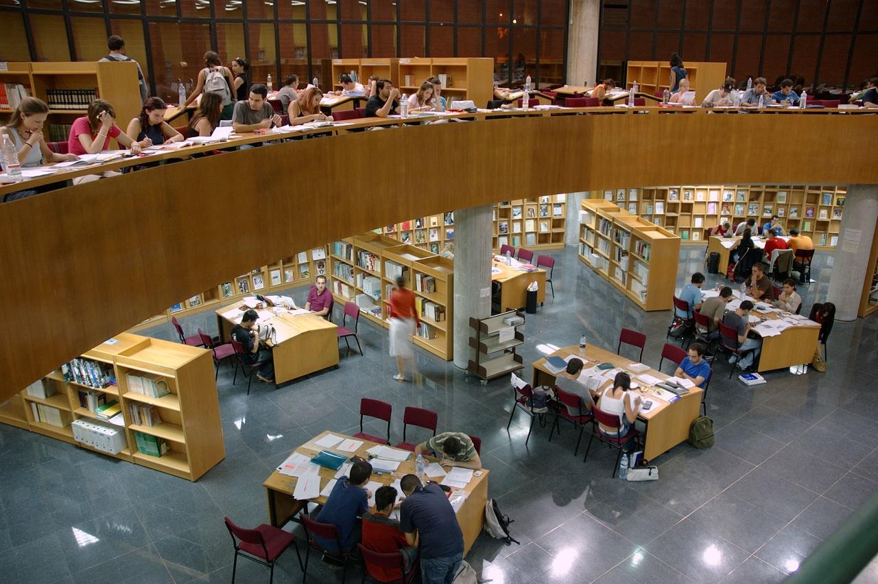 Sinh viên học tập tại thư viện Đại học Malaga