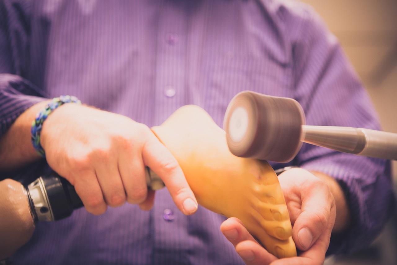 Ngành dụng cụ chỉnh hình và chân tay giả đòi hỏi sự đam mê và tỉ mỉ