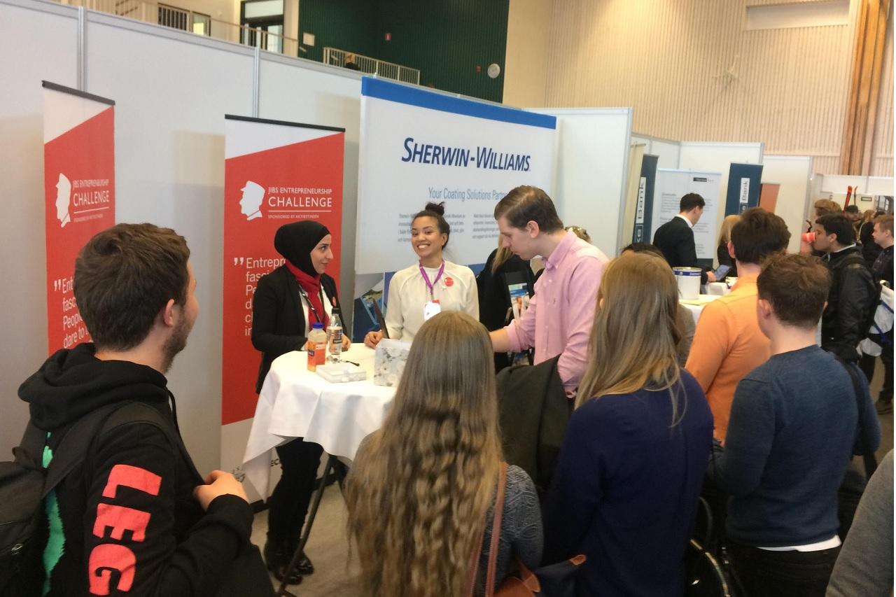 Sinh viên tiếp cận các công ty và tìm kiếm cơ hội việc làm tại Nextstep