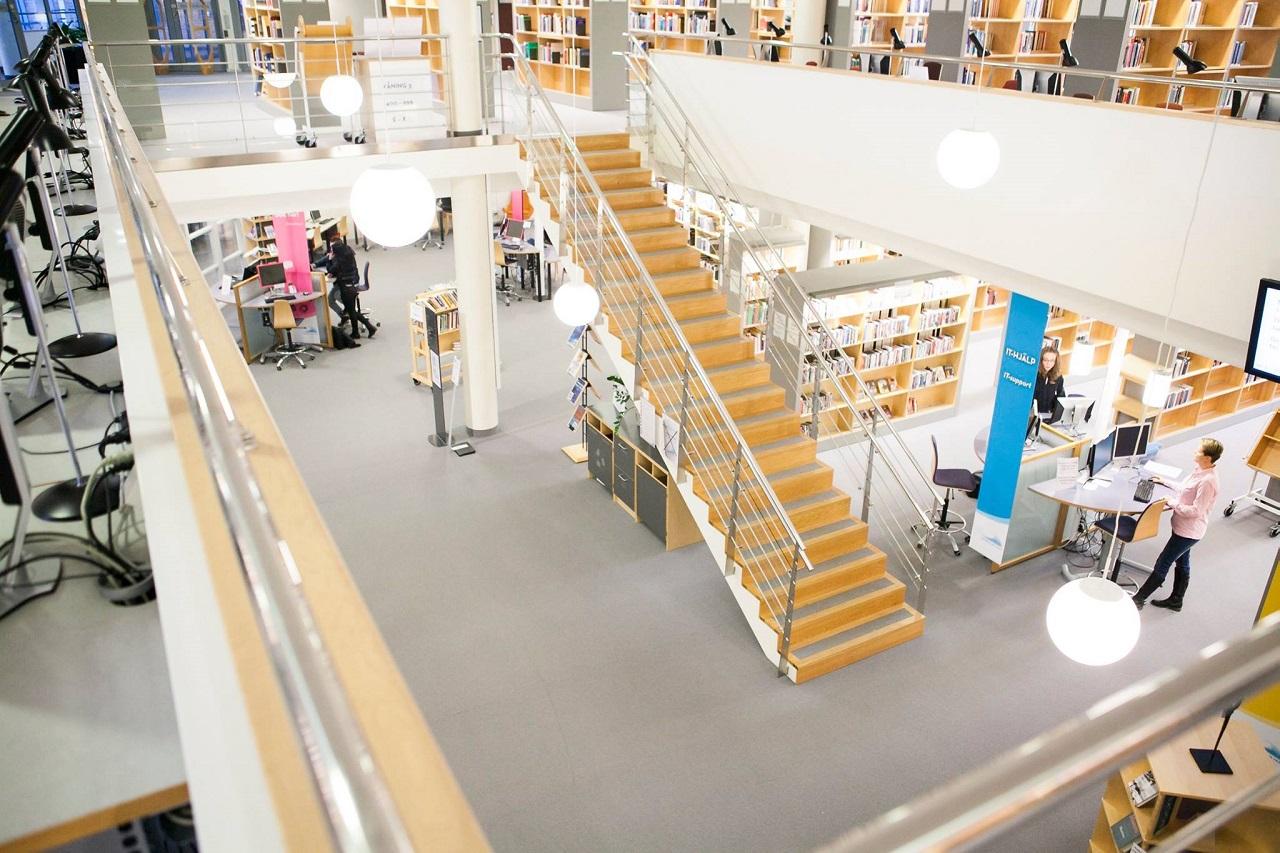 Không gian yên tĩnh và thoáng đãng trong thư viện Đại học West