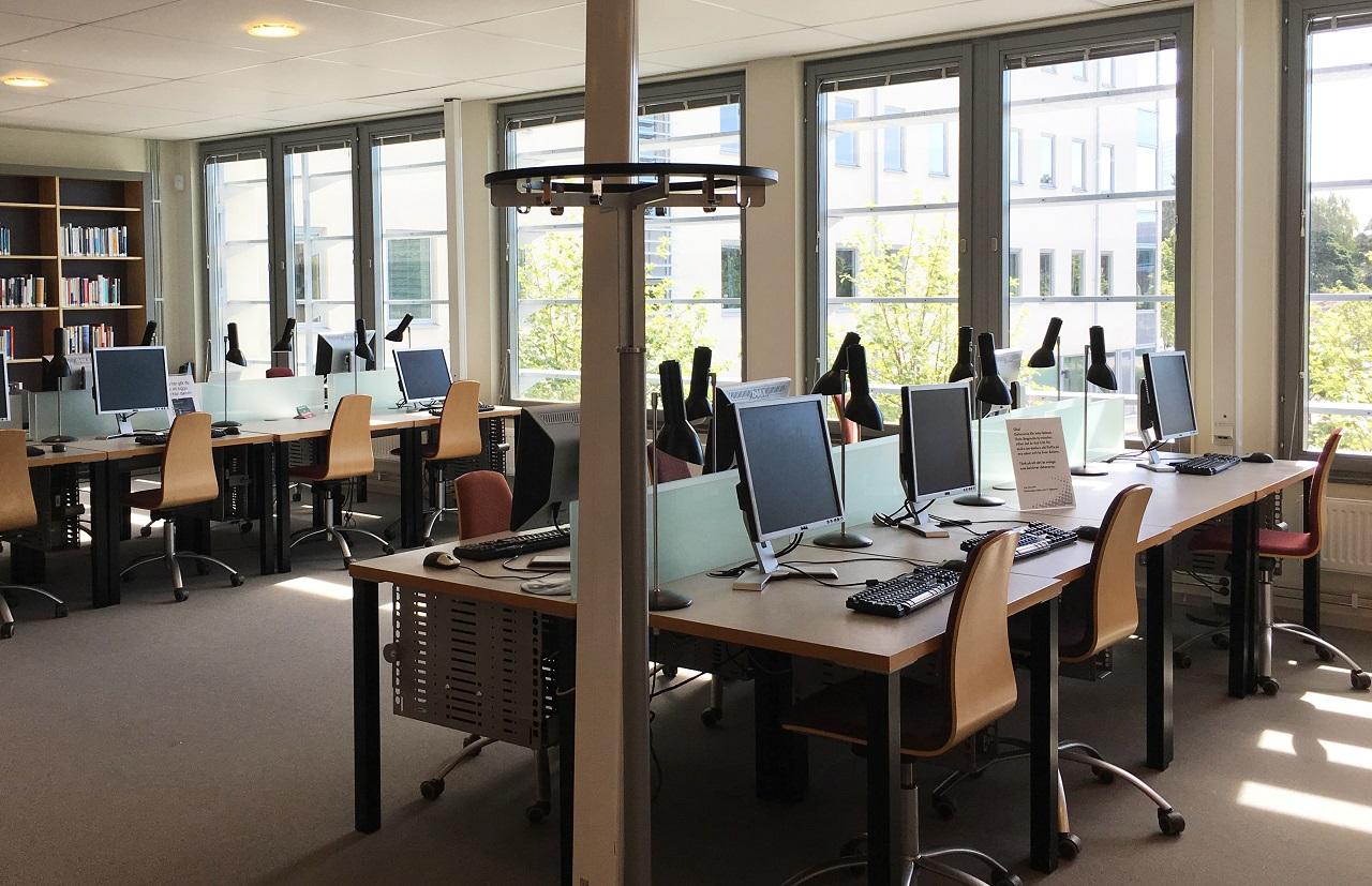 Một góc yên tĩnh để sinh viên làm việc trong thư viện Đại học West