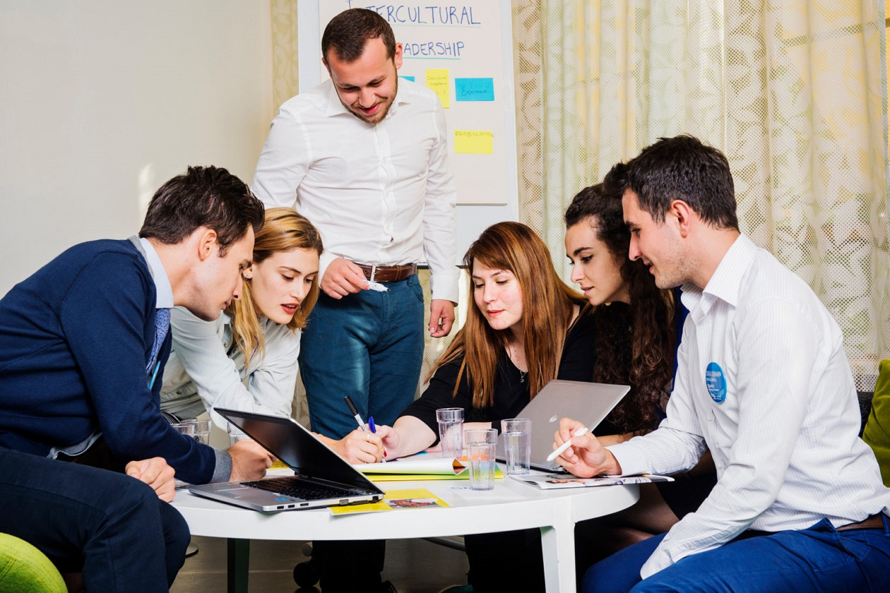 Bên cạnh việc nâng cao trình độ tiếng Anh, sinh viên được rèn luyện kỹ năng viết và đọc học thuật để phục vụ tốt cho việc học tập tại Thụy Điển