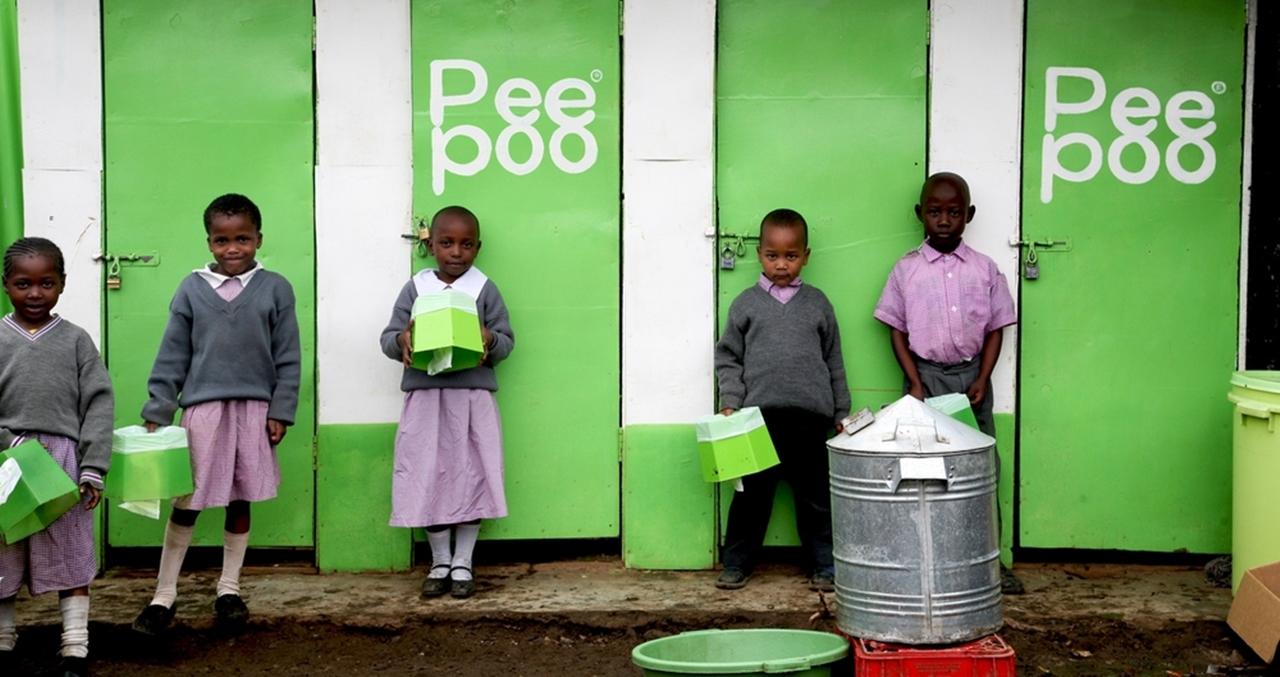 Theo Liên Hợp Quốc, trên thế giới có đến 2,6 tỷ người thiếu điều kiện vệ sinh cơ bản, đặc biệt ở những quốc gia nghèo. Sản phẩm Peepoople của Thụy Điển không chỉ giúp giải quyết vấn đề đó mà còn góp phần bảo vệ môi trường, biến chất thải thành phân bón cho cây trồng phát triển. Đây được đánh giá là một trong những phát minh thay đổi thế giới.