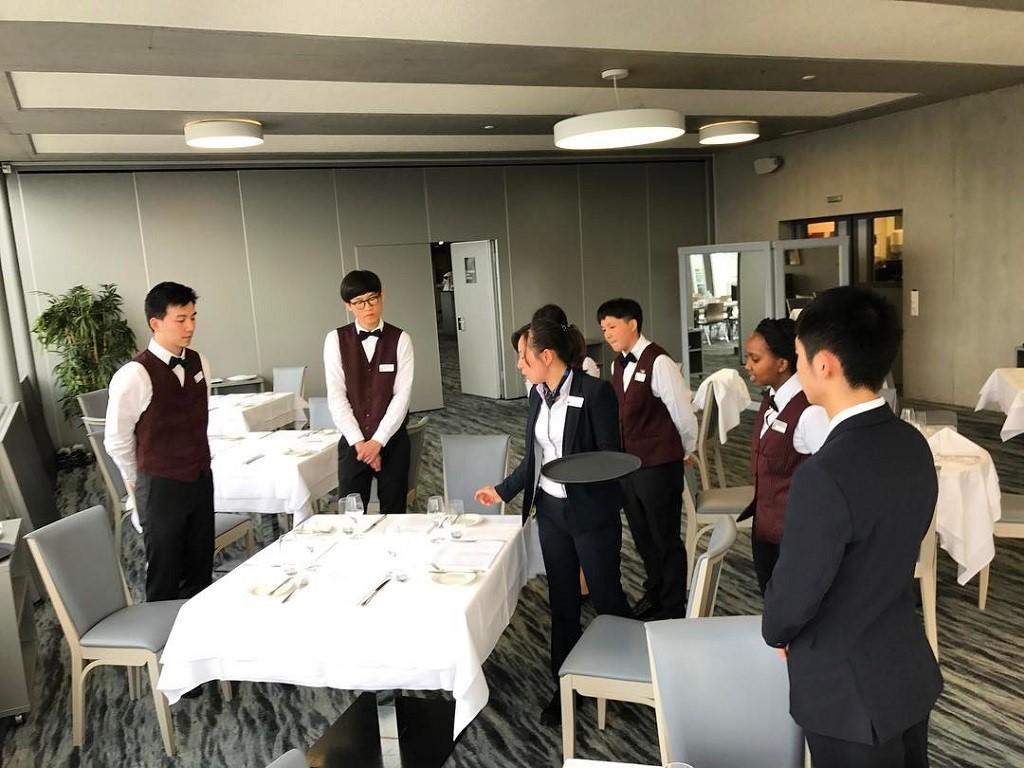 Một lớp học dịch vụ fine dining của trường César Ritz