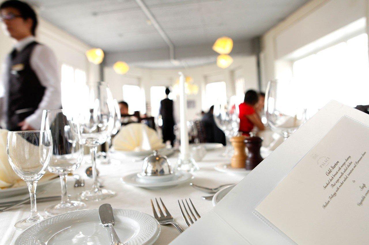 Du học thụy sĩ - Học viện SHMS là trường chuyên đào tạo ngành Nhà hàng - Khách sạn hàng đầu tại Thụy Sĩ. SHMS cung cấp những chương trình học kết hợp giữa kinh nghiệm tại Thụy Sĩ và thực tế công việc ngành nghề hiện tại trên thế giới. Sinh viên theo học tại trường sẽ được tham gia chương trình thực tập với mức lương từ 2.168 – 2.172 CHF/tháng.
