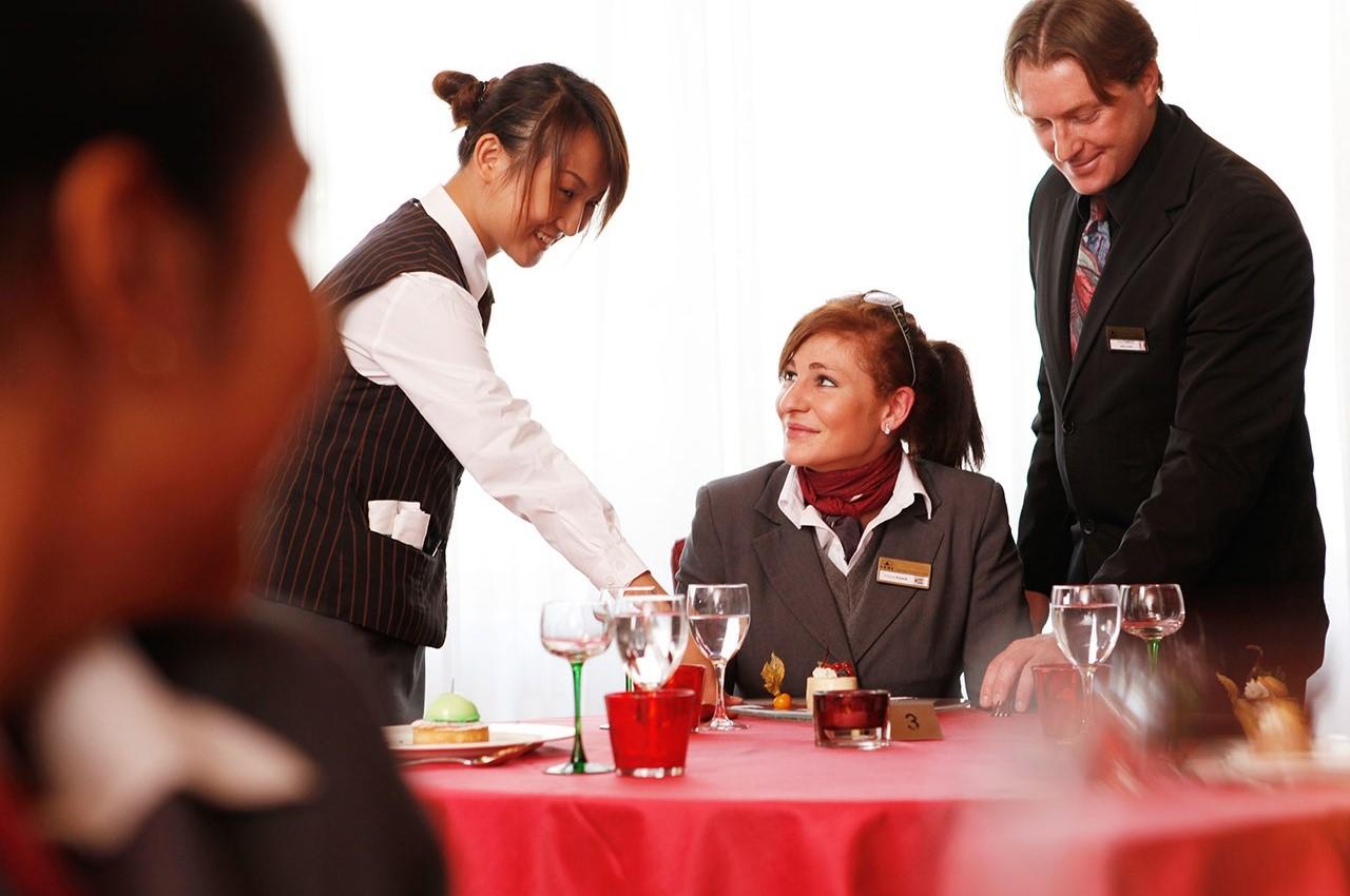 Sinh viên Học viện SHMS trong giờ thực hành nhà hàng khách sạn