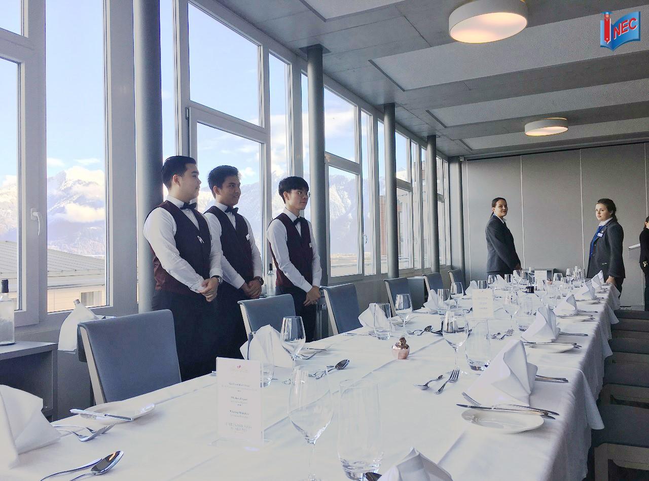 Sinh viên SEG trong giờ thực hành dịch vụ nhà hàng fine dining