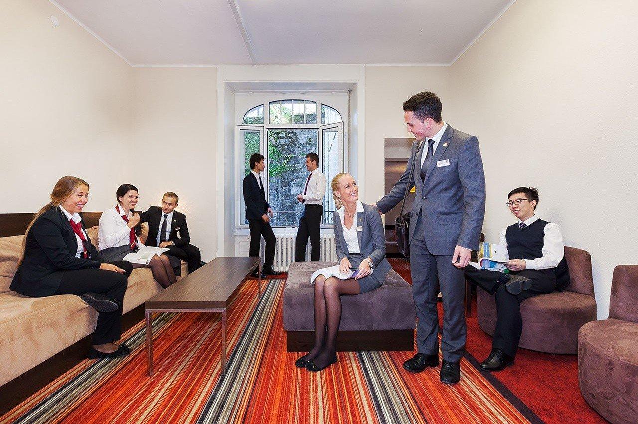 Được thành lập năm 1985, Học viện Khách sạn Montreux (HIM) có truyền thống lâu đời và đáng tự hào, là một trong những trường quản trị khách sạn tốt nhất ở Thụy Sĩ. Trường đã xây dựng danh tiếng xuất sắc thế giới trong ngành khách sạn qua các chương trình đào tạo chất lượng và văn bằng đại học được quốc tế thẩm định. Với việc liên kết với Đại học Northwood danh tiếng của Mỹ cùng mạng lưới cựu sinh viên mạnh mẽ HIM mang đến cho sinh viên sau khi tốt nghiệp những cơ hội việc làm tốt nhất có thể.