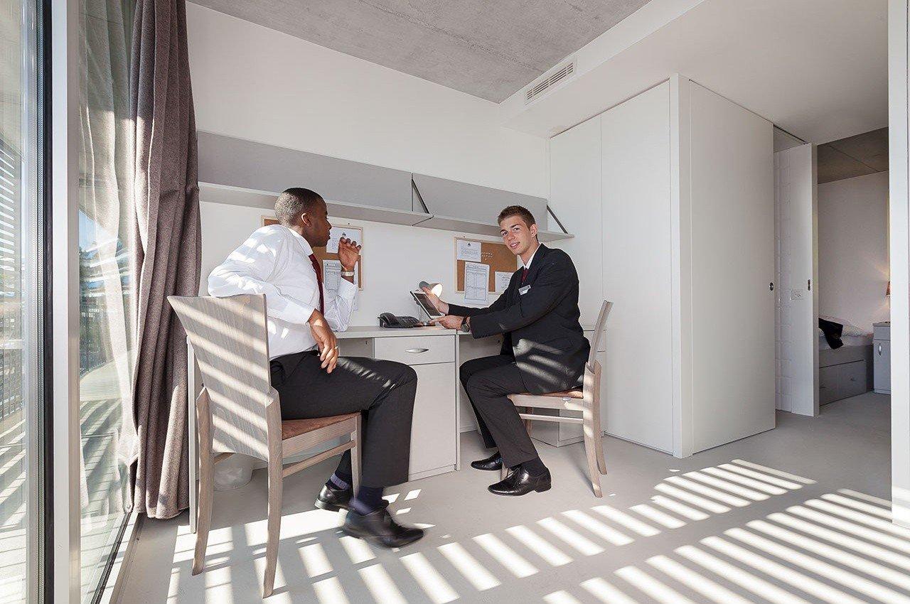 Học viện Khách sạn Montreux (HIM) hàng năm thu hút rất nhiều sinh viên trên khắp thế giới đến theo học những chương trình chất lượng cao, kết hợp giữa ngành Nhà hàng – Khách sạn Thụy Sĩ và nguyên tắc quản trị hiện đại của Mỹ. Sau khi hoàn thành khóa học, sinh viên nhận được bằng cấp tiêu chuẩn quốc tế, tạo ưu thế cạnh trạnh khi tìm kiếm công việc.