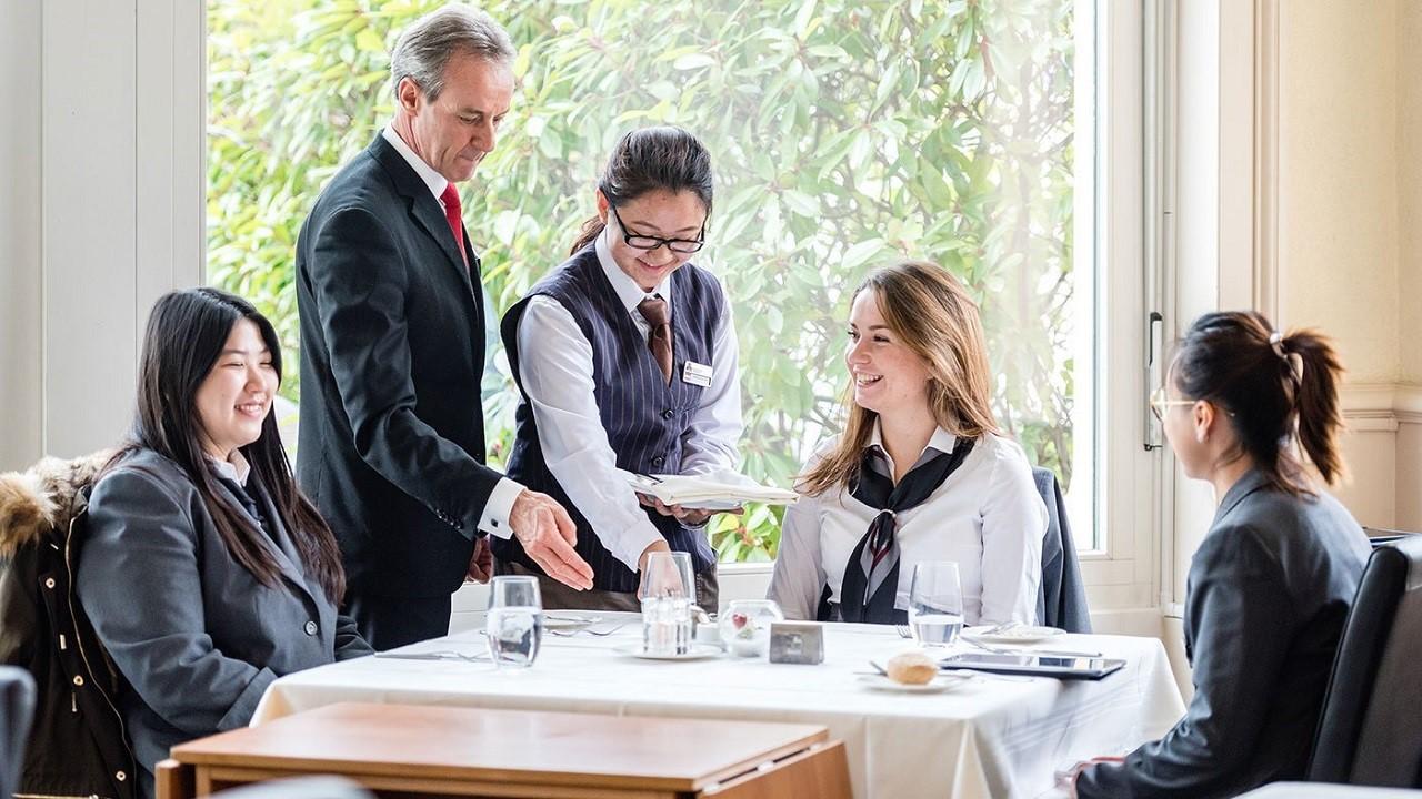 Sinh viên Học viện HIM trong giờ thực hành nghiệp vụ nhà hàng khách sạn