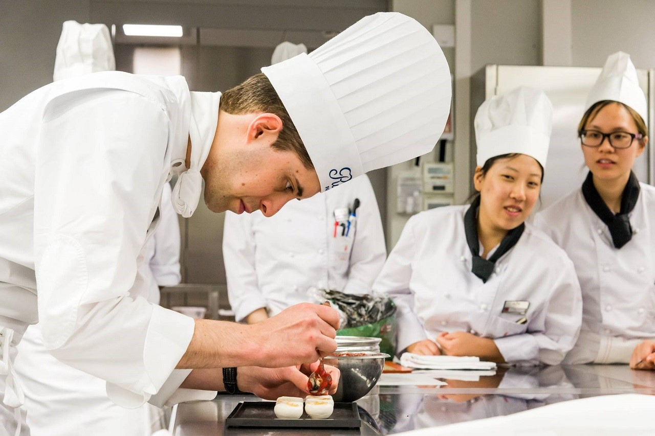 Lớp thực hành ẩm thực tại Ritz Paris của sinh viên Học viện Nghệ thuật Ẩm thực Thụy Sĩ (CAA)