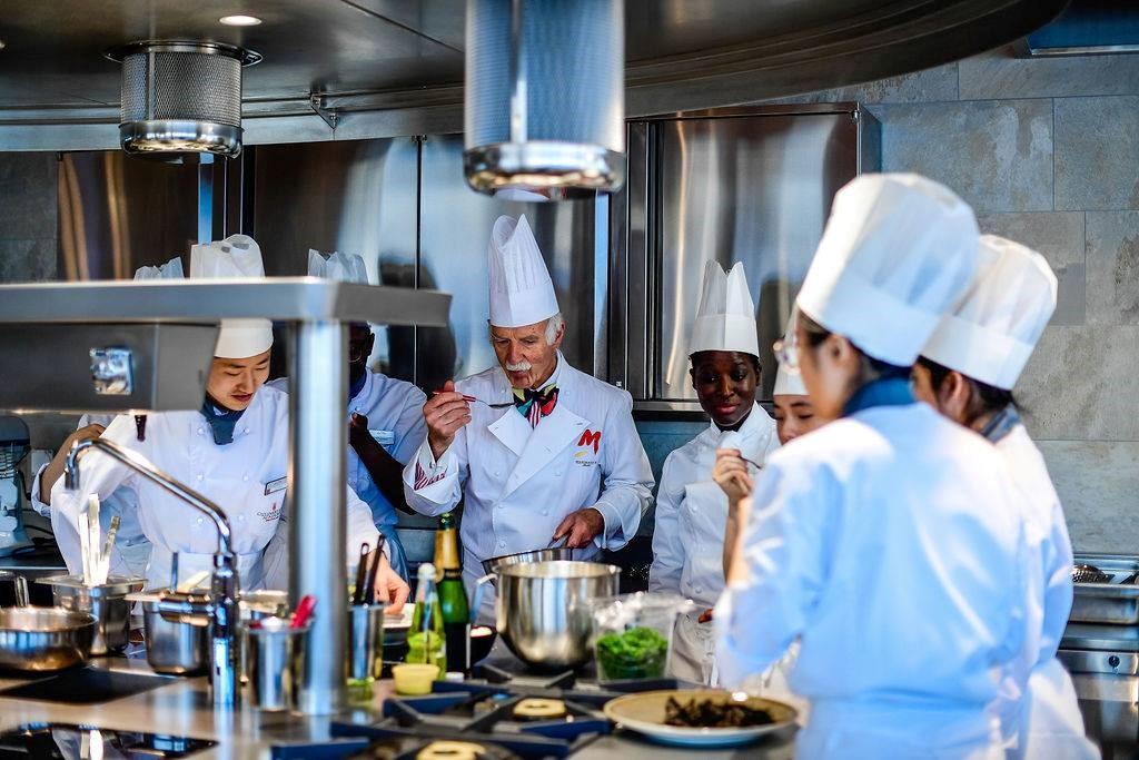 Sinh viên CAA và chuyên gia ẩm thực Anton Mosimann