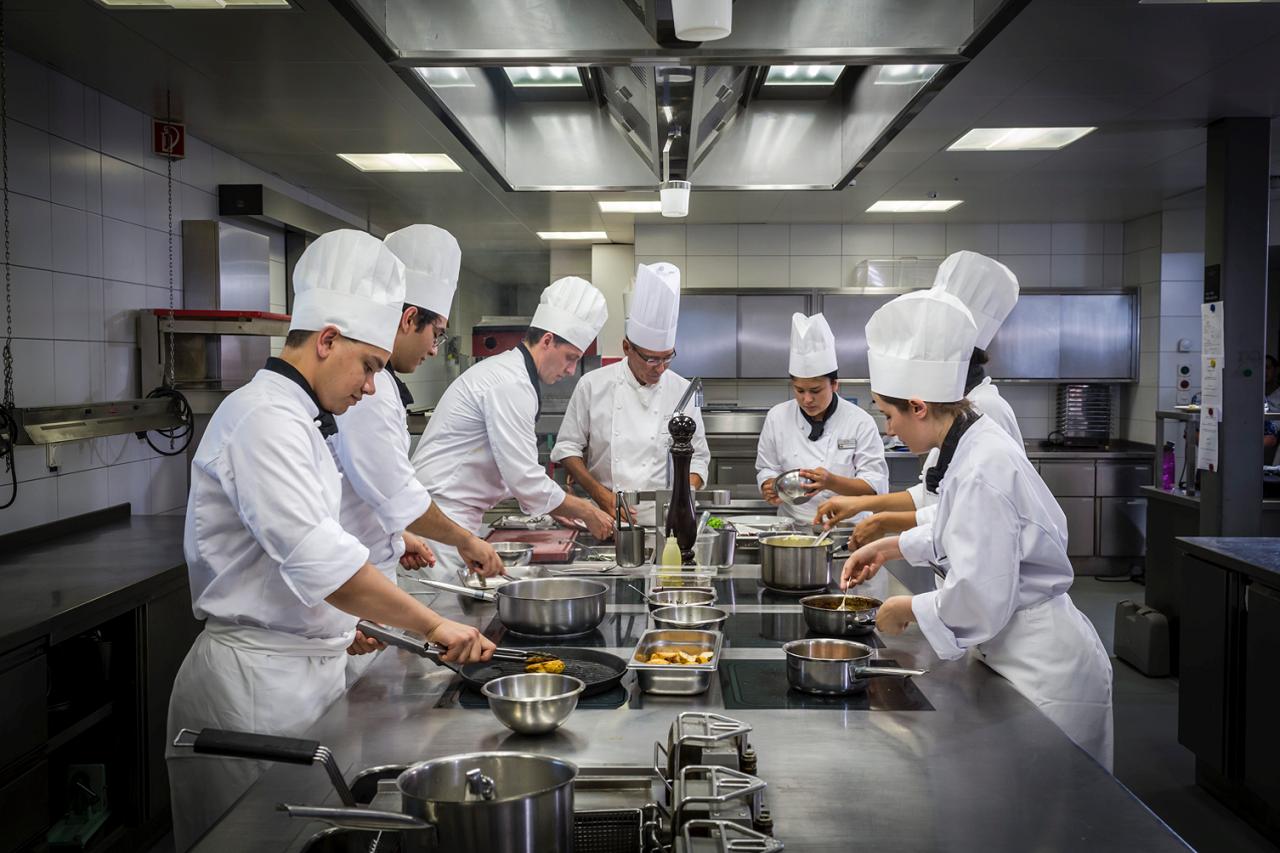 Mang đến cho bạn cơ hội tiếp thu tinh hoa nghệ thuật ẩm thực truyền thống, kỹ thuật nấu nướng quốc tế kết hợp các lớp quản lý hiện đại