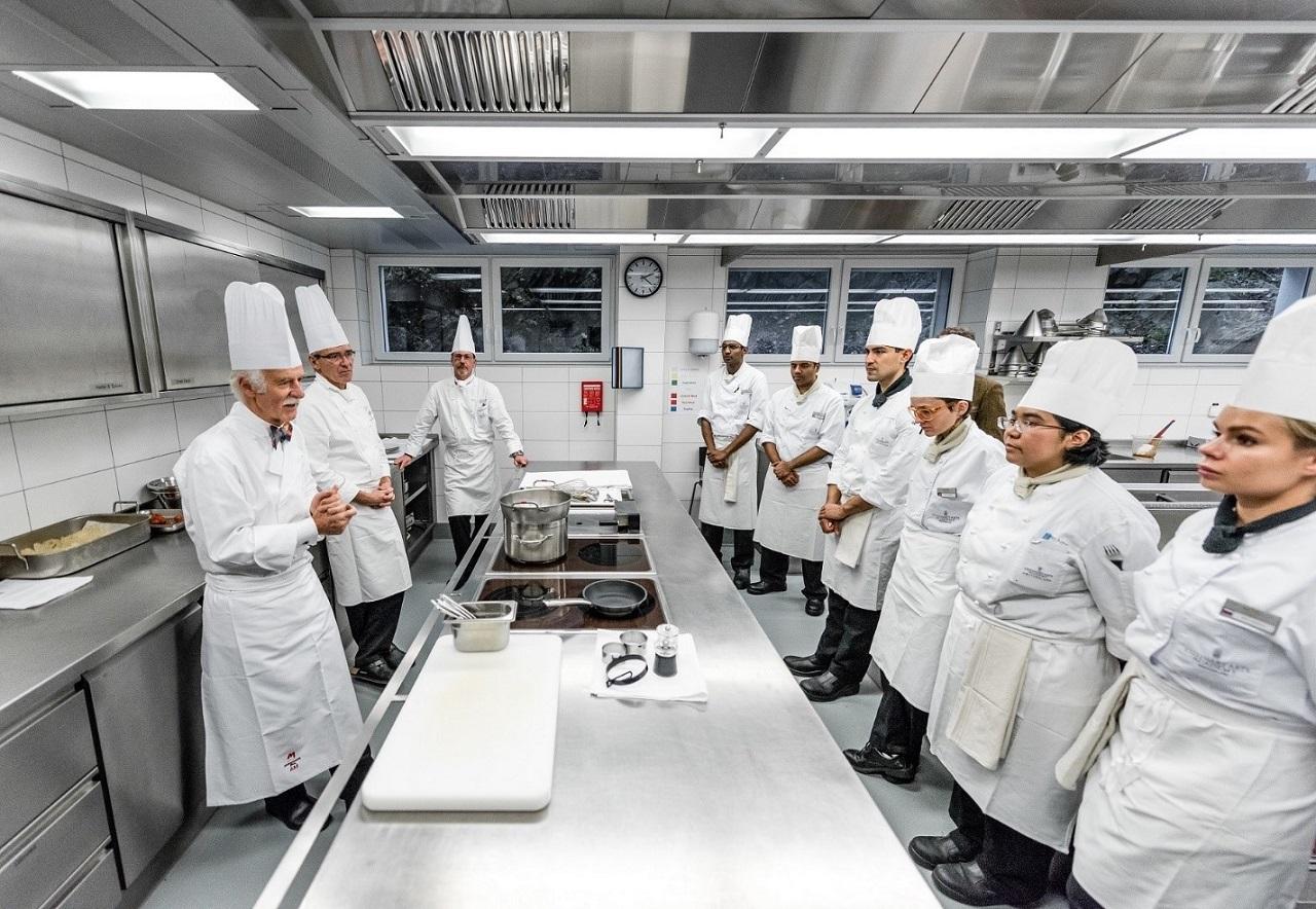 Đầu bếp Anton Mosimann (ngoài cùng bên trái) trong một giờ thực tế tại SEG