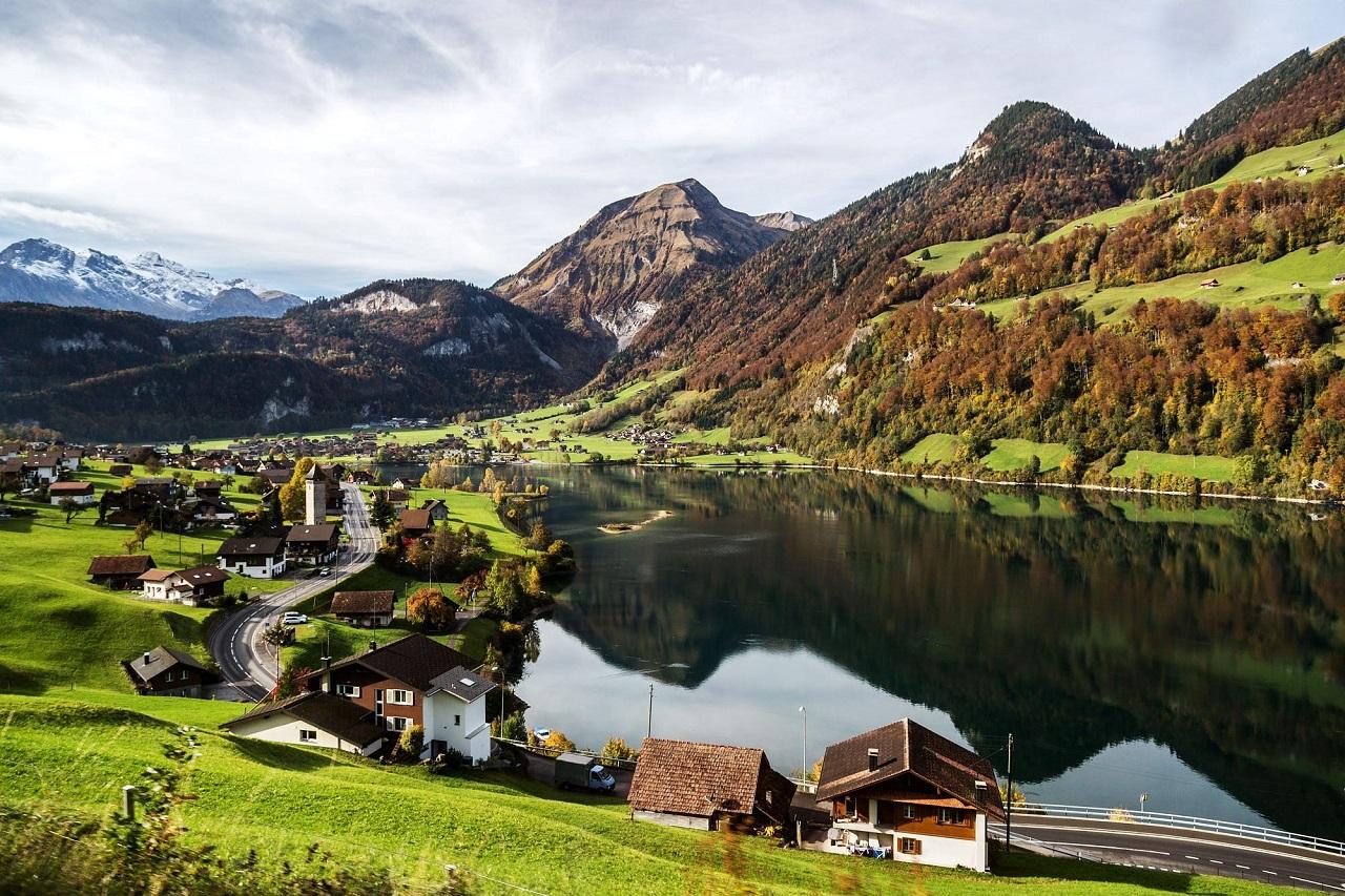 Bao quanh là những ngọn đồi cùng dãy Alps hùng vĩ