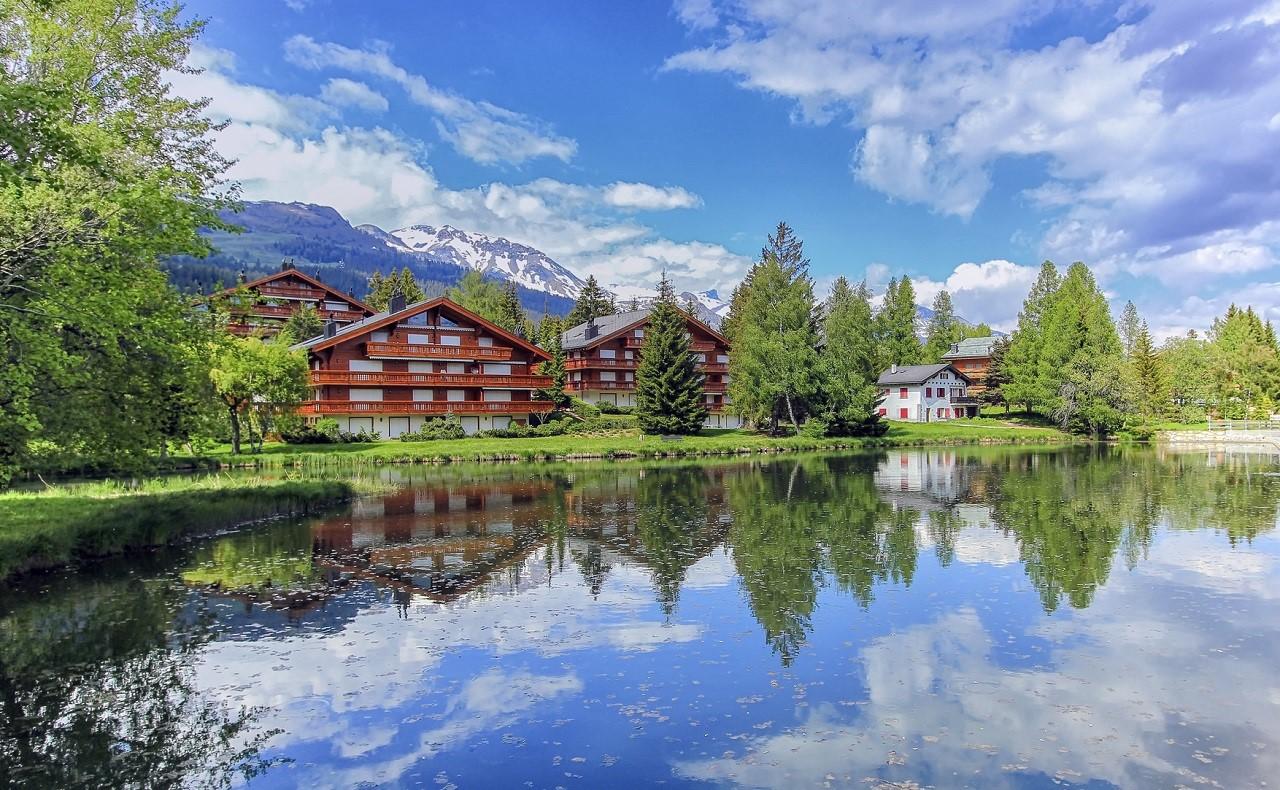 """Crans-Montana được ví như """"ban công của dãy Alps"""". Ảnh: Les Roches"""