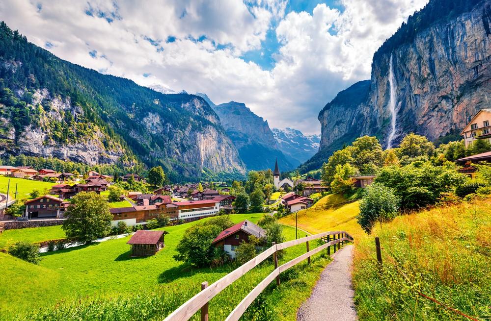 Bao xung quanh là thung lũng tuyệt đẹp cùng 72 thác nước