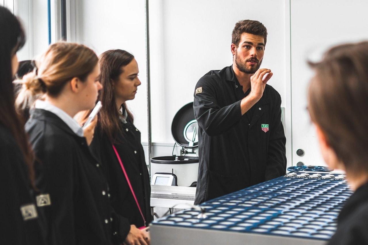 Sinh viên Học viện HIM trong giờ học thực tế ở Tag Heuer - thương hiệu đồng hồ cao cấp của Thụy Sĩ