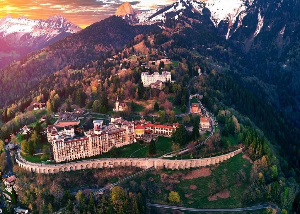 Khu học xá Caux của Học viện SHMS vốn là Caux Palace - một trong những cung điện được xây dựng đầu tiên tại Thụy Sĩ
