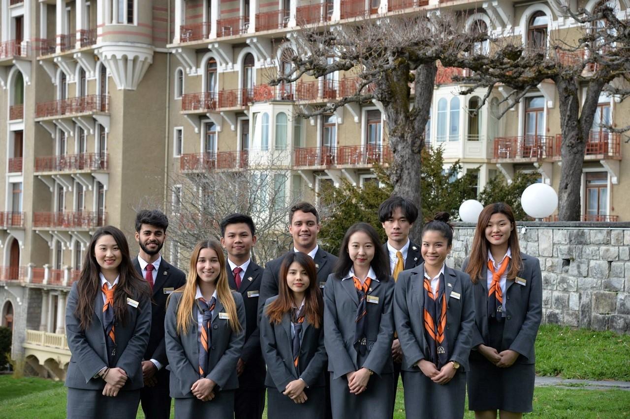 Bạn Nguyễn Tấn Đạt (hàng thứ 2, đứng thứ 2 từ trái qua) cùng bạn bè tại trường SHMS