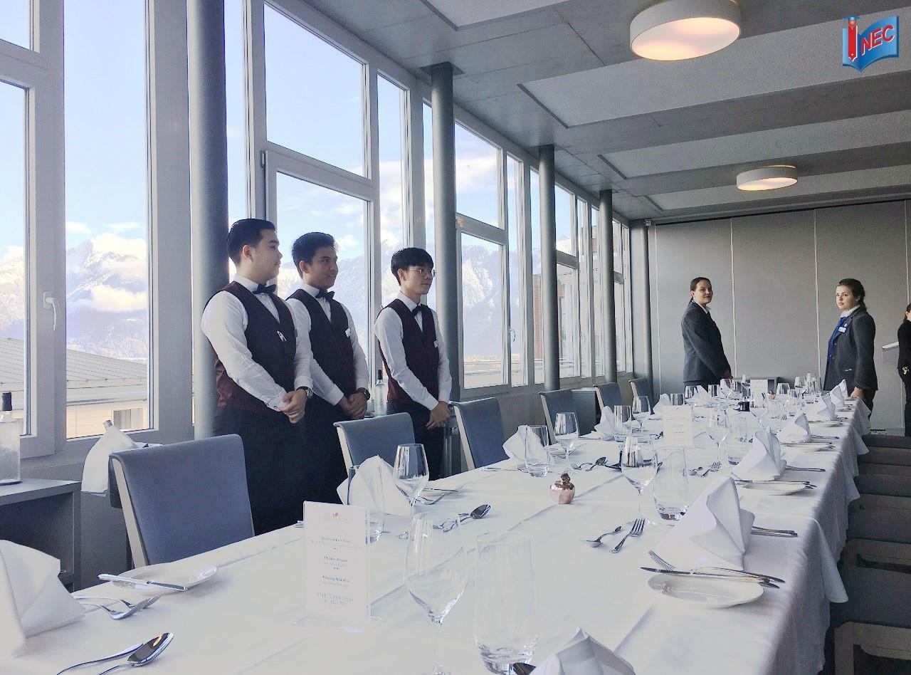 Sinh viên César Ritz thực hành dịch vụ nhà hàng Fine Dining