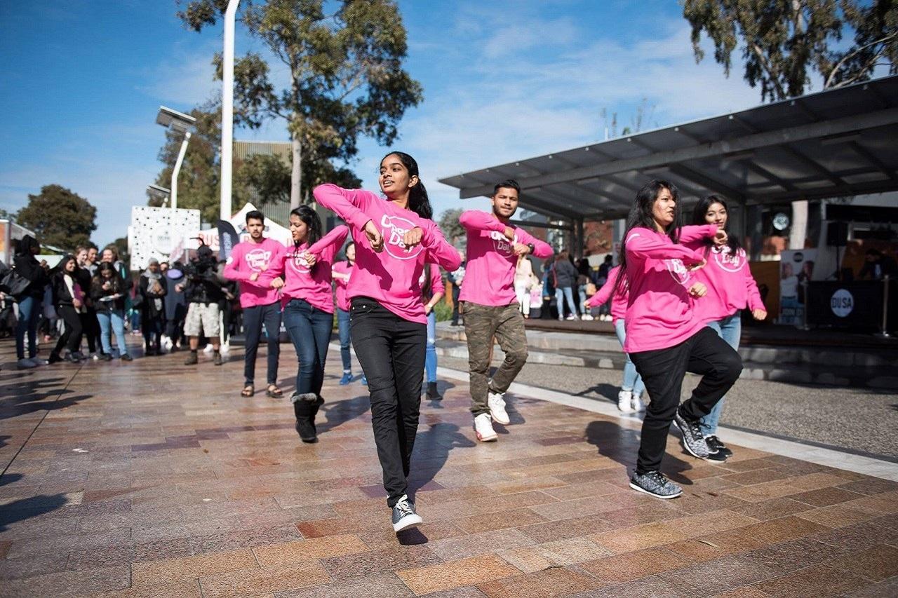 Cộng đồng sinh viên tại Deakin rất rộng lớn mang hơn 120 quốc tịch