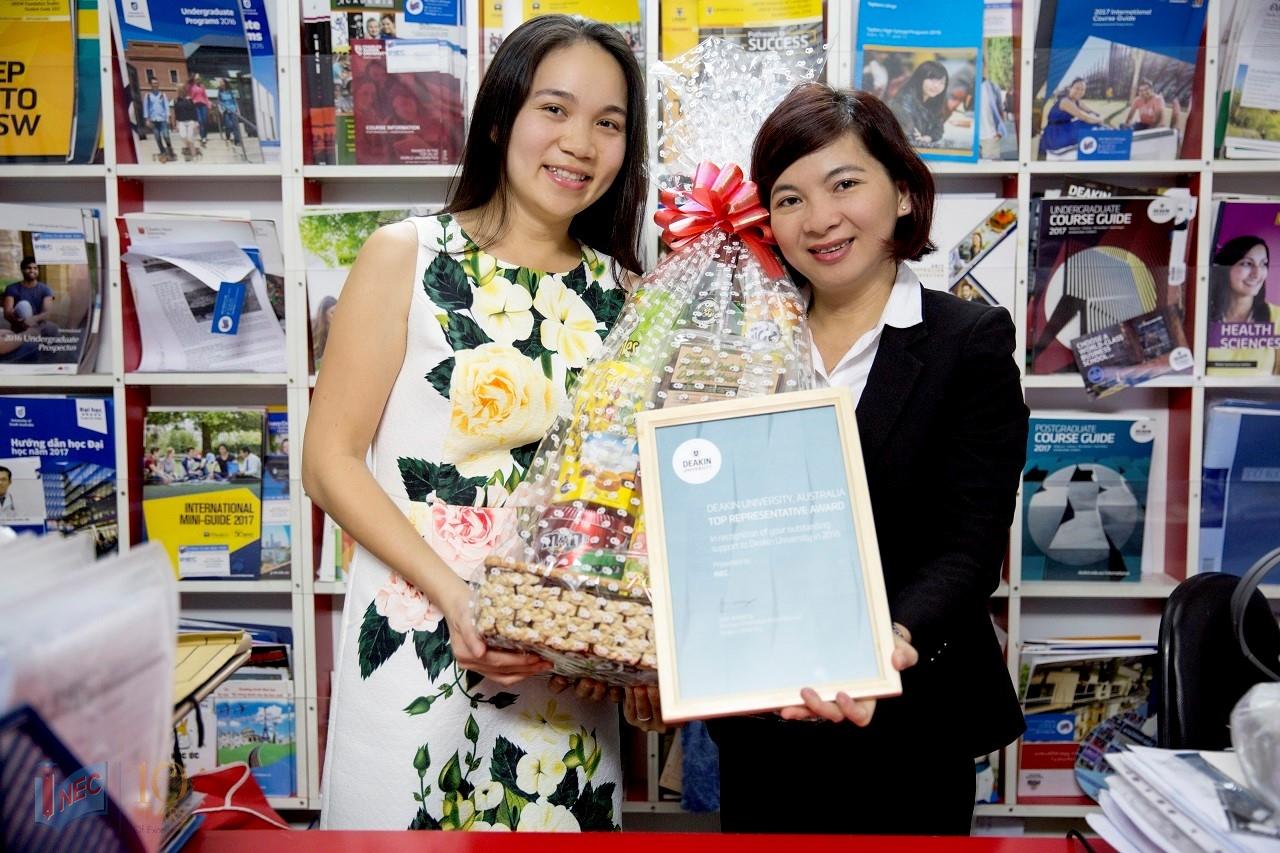 """Bà Mai Trinh – Đại diện trường Deakin (trái) trao chứng nhận """"Đại diện tuyển sinh tốt nhất năm 2016"""" cho INEC"""
