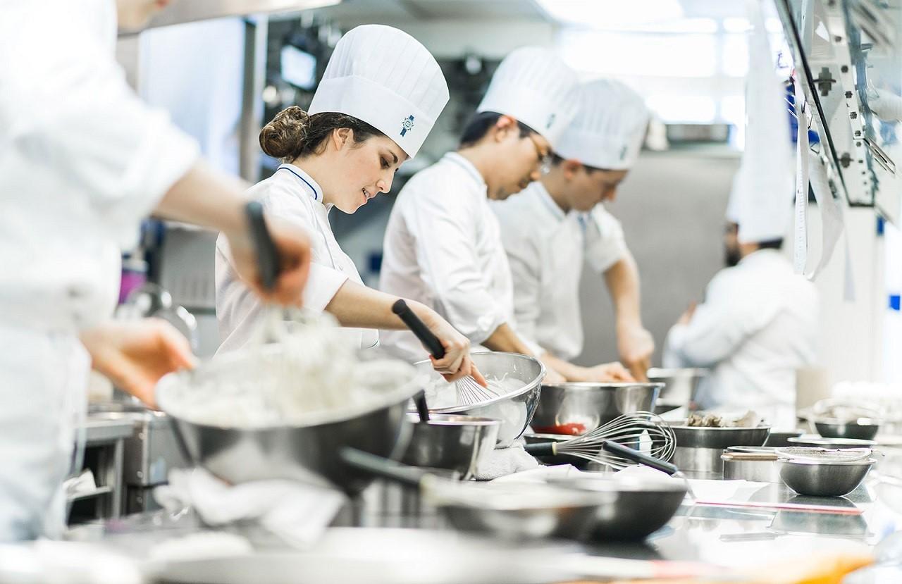 Tại Le Cordon Bleu, sinh viên được thực tập hưởng lương 12 tháng cho nhiều chuyên ngành như nấu nướng, làm bánh, quản trị nhà hàng khách sạn…