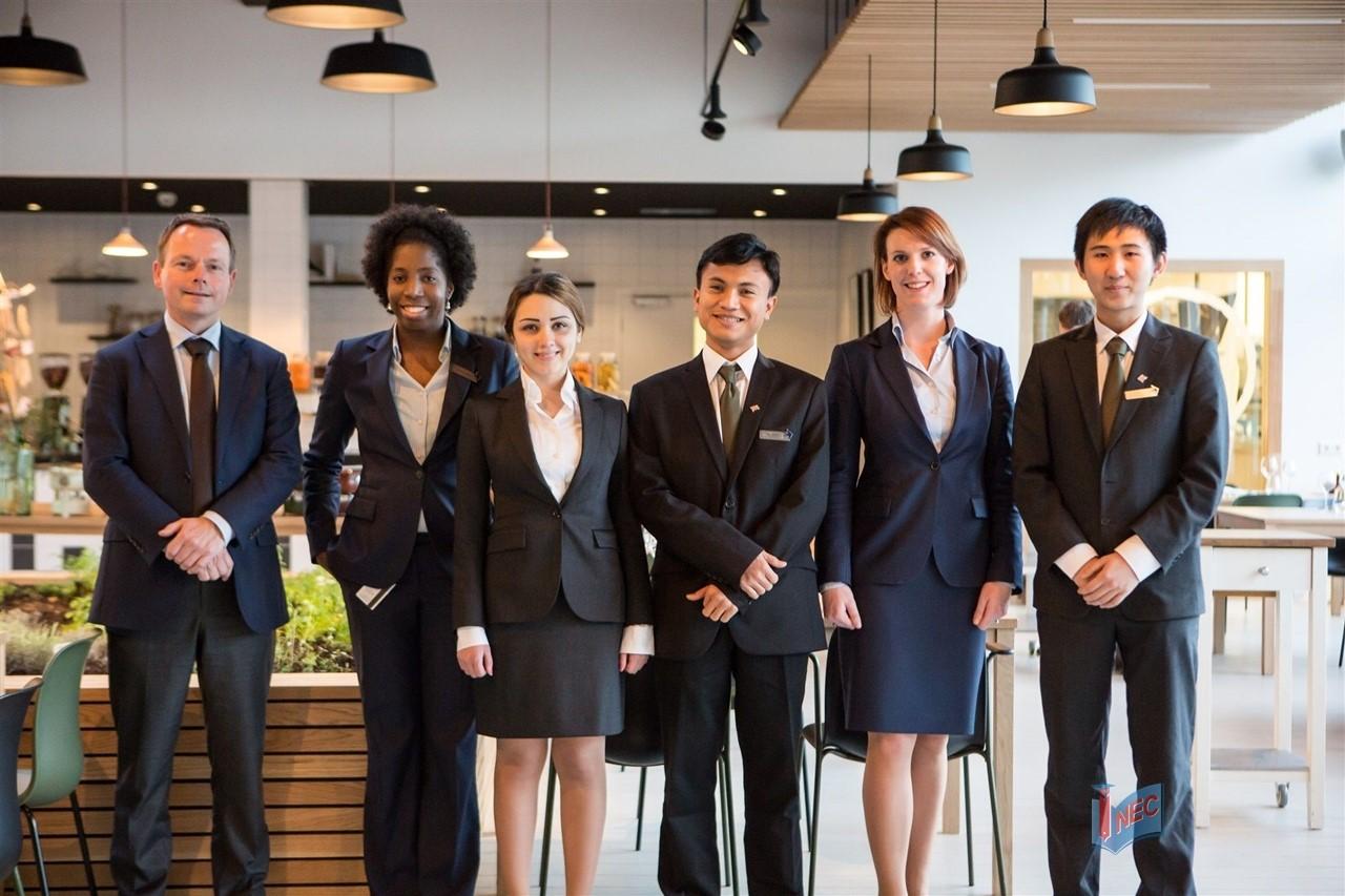 Học quản trị nhà hàng khách sạn ra làm gì 2