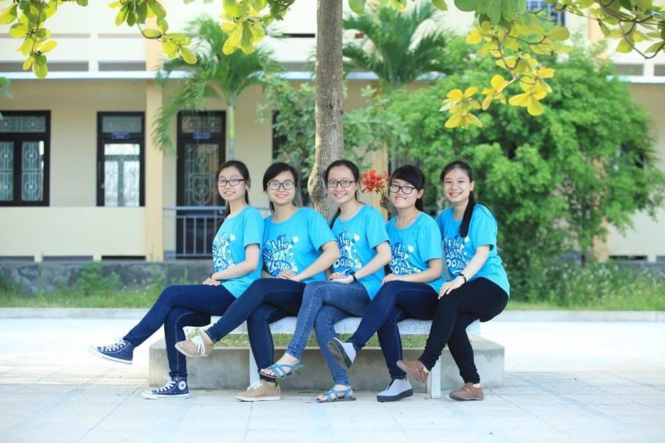 Lại Phương Quỳnh (thứ 2 từ trái sang) cùng bạn bè tại Việt Nam
