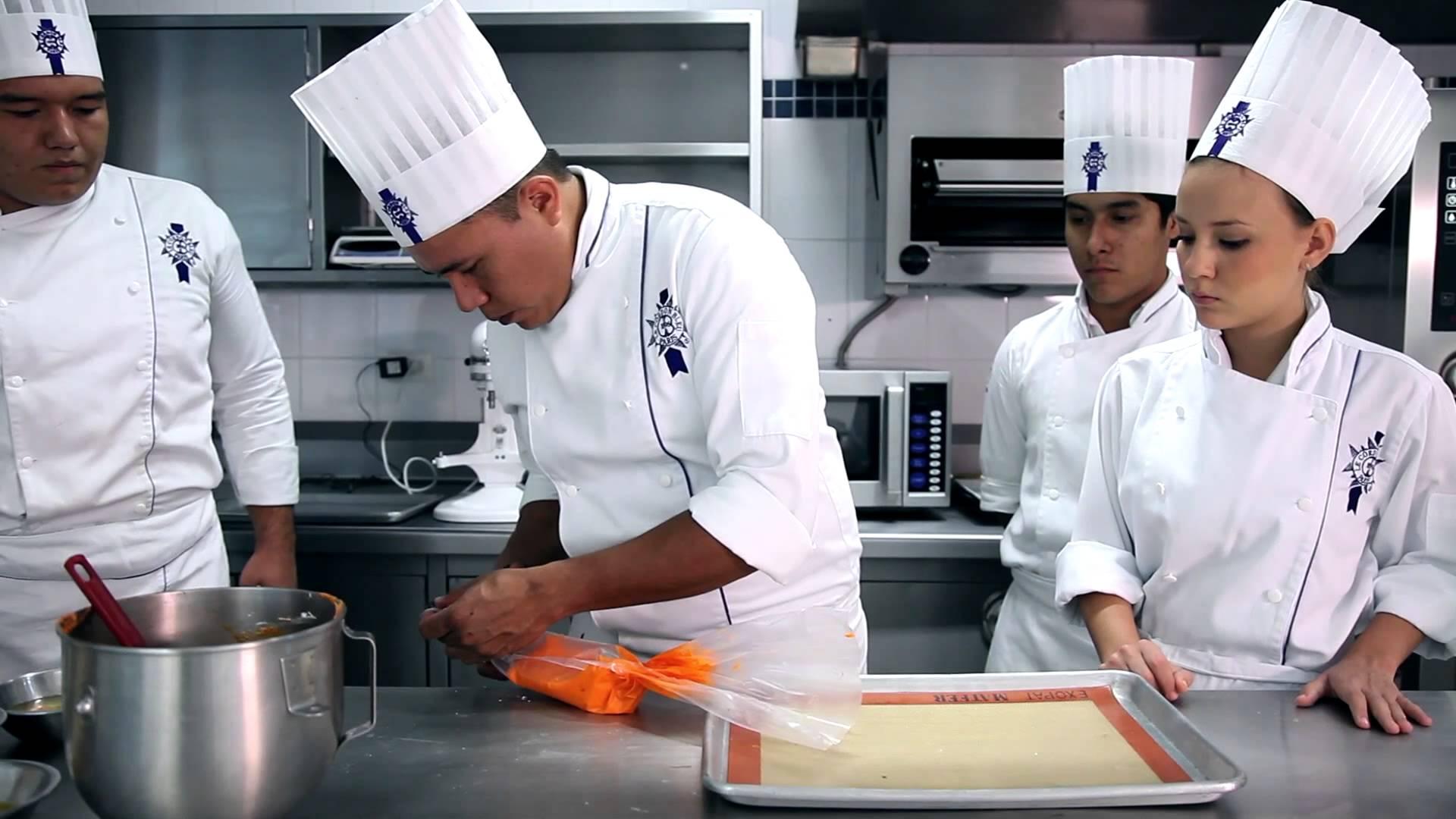 Le Cordon Bleu, một trong các tổ chức danh tiếng nhất thế giới đào tạo nghề nấu ăn, khách sạn và du lịch, được thành lập tại Paris năm 1895. Le Cordon Bleu Úc đào tạo hơn 2.000 sinh viên hàng năm tại các trường trực thuộc ở Sydney và Adelaide trong hàng loạt chương trình nghệ thuật nấu ăn và quản lý khách sạn. Nhu cầu tuyển sinh viên tốt nghiệp trường Le Cordon Bleu rất cao trong các lĩnh vực chuyên ngành của họ, và nhiều sinh viên tiếp tục phát triển sự nghiệp sôi động trong các khách sạn, nhà hàng và khu nghỉ dưỡng hàng đầu trên khắp Ôxtrâylia và toàn thế giới.