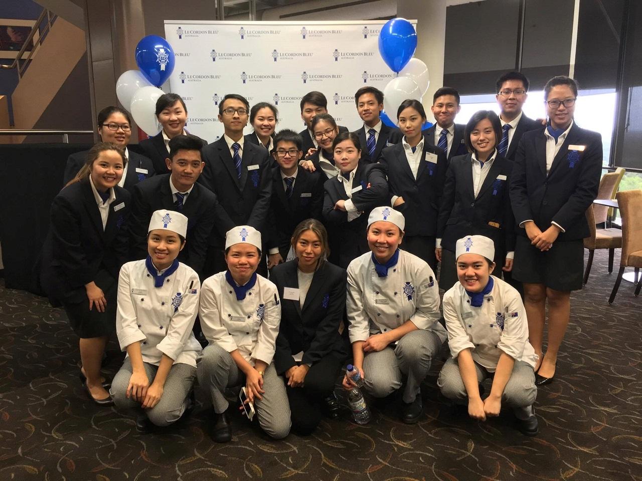 Mai Nguyễn Hoàng Long (bạn nam thứ 3 từ trái qua) học Quản trị nhà hàng quốc tế tại Le Cordon Bleu Sydney, đang thực tập ở Khách sạn Shangri-La (Úc)