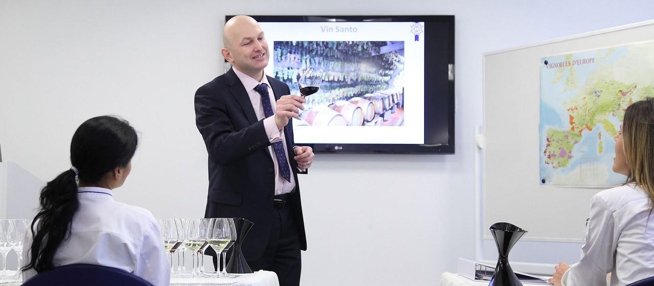 Matthieu Longuere – chuyên gia nếm thử rượu vang (Sommelier) trong một giờ giảng dạy tại Le Cordon Bleu