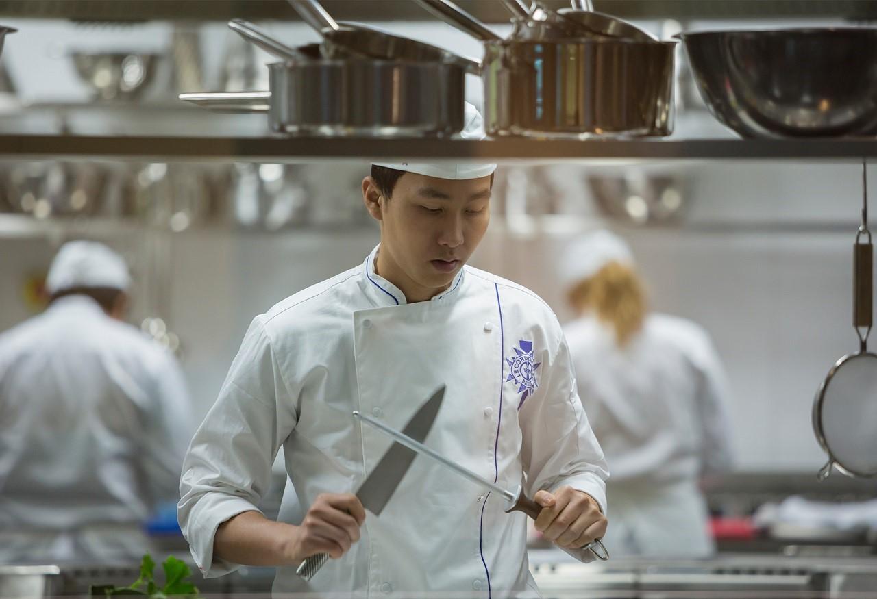Sinh viên Le Cordon Bleu trong một giờ thực hành nấu nướng